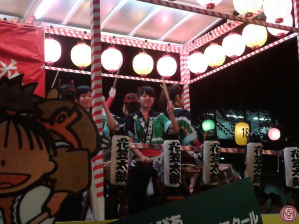 Solo per chi suona il taiko c'è un riparo dalla pioggia, nella notte di Yamagata. Agosto 2013.