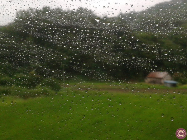 Oltre il finestrino, la pioggia. Verso Yamagata, inizio di agosto 2013.