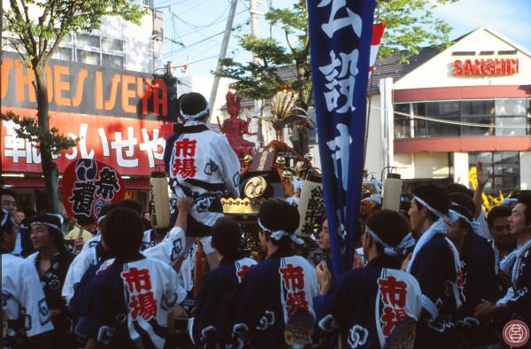 Portando il micosi nel meriggio di Aizu. Aizu Wakamatsu, agosto 2001.