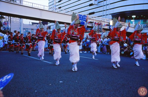 Gesti di inarrivabile bellezza, l'Awa odori. Tokushima, agosto 2002.