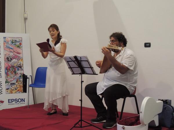 Il canto per Sadako del soprano Ayako Aikawa accompagnata dal maestro Claudio Nuzzo al liuto. JSD 2015, 7 giugno 2015.