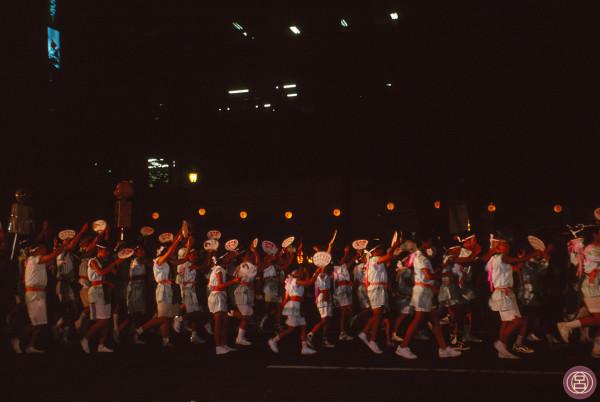 Nella notte di Kumamoto si danza per Obon. Agosto 1999.