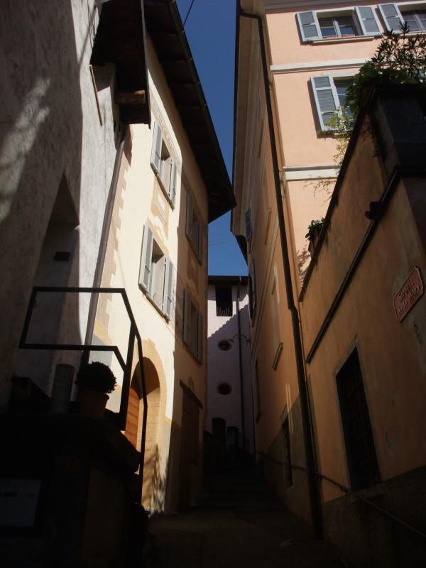 Quelle lame di luce nelle piccole strade.  Da qualche parte nel Canton Ticino, 19 settembre 2015.