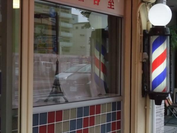 A Okayama, oggi, un barbiere ha esposto una piccola tour Eiffel in vetrina. In omaggio a Parigi. Okayama, 18 novembre 2015.