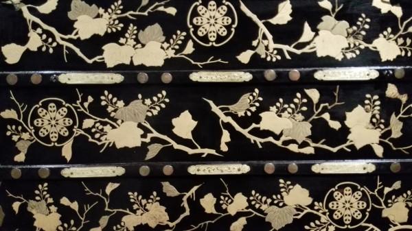 Onna norimono di periodo Edo, particolare della decorazione. Collezione permanente del Museo delle Culture di Milano. Foto di Carmen Covito.