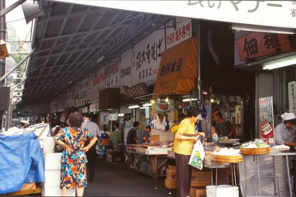 All'esterno di Tsukiji, il mercato del pesce di Tōkyō. Estate di un anno che non ricordo (1998?).