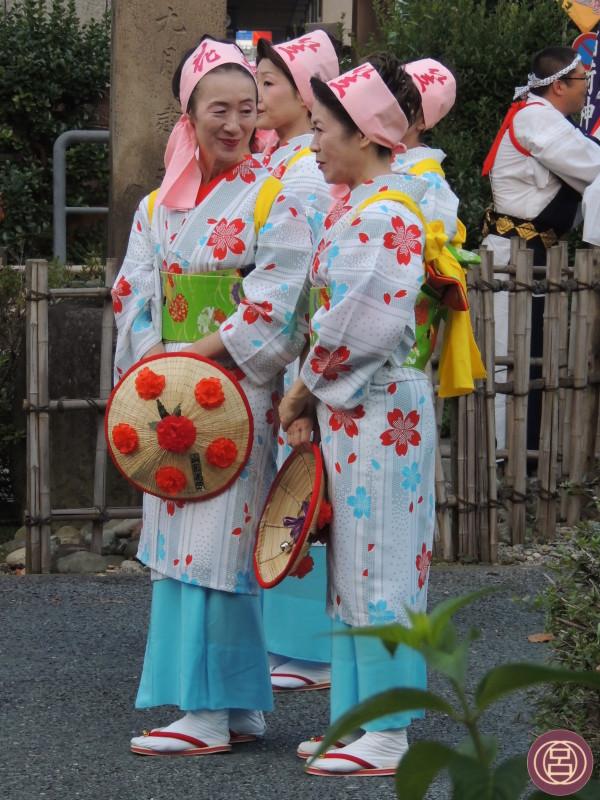 In attesa che inizi la danza. Yamagata, hanagasa matsuri, 6 agosto 2013.