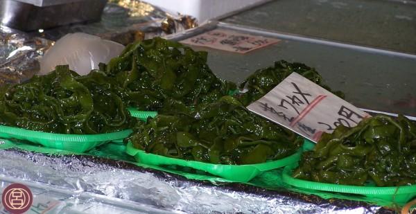 Freschezza di alghe wakame al mercato Nishiki di Kyōto. Agosto 2009.